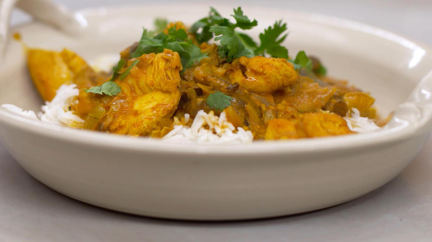 Kippenblokjes in currysaus met shiitake en rijst