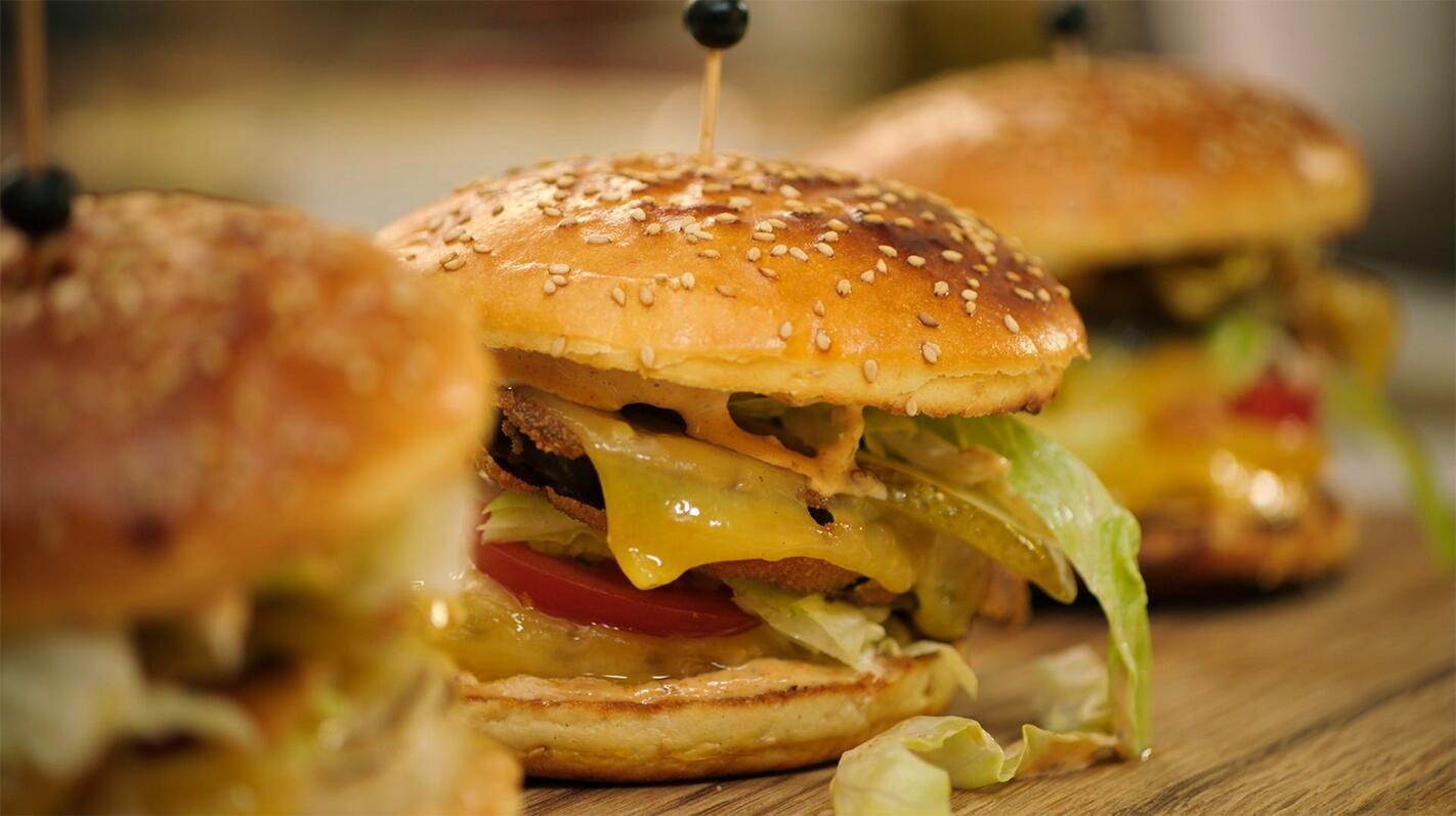Vegetarische cheeseburger met Jeroens burgersaus