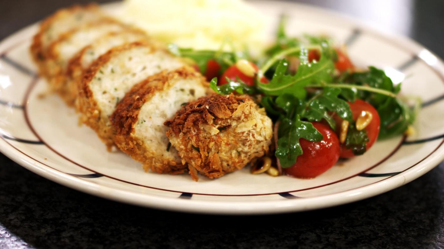 Kippengehaktbroodjes met puree en tomatensla