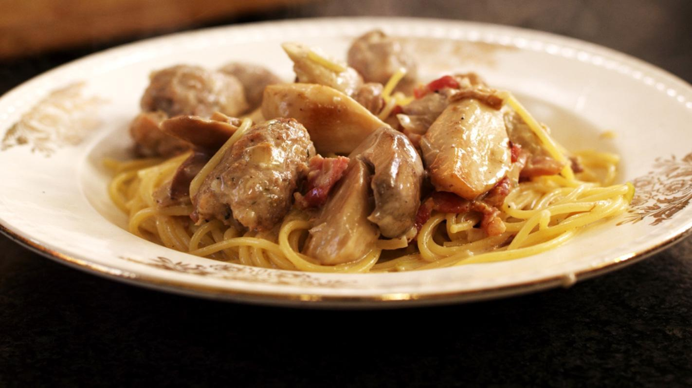 Spaghetti met worst en spekjes