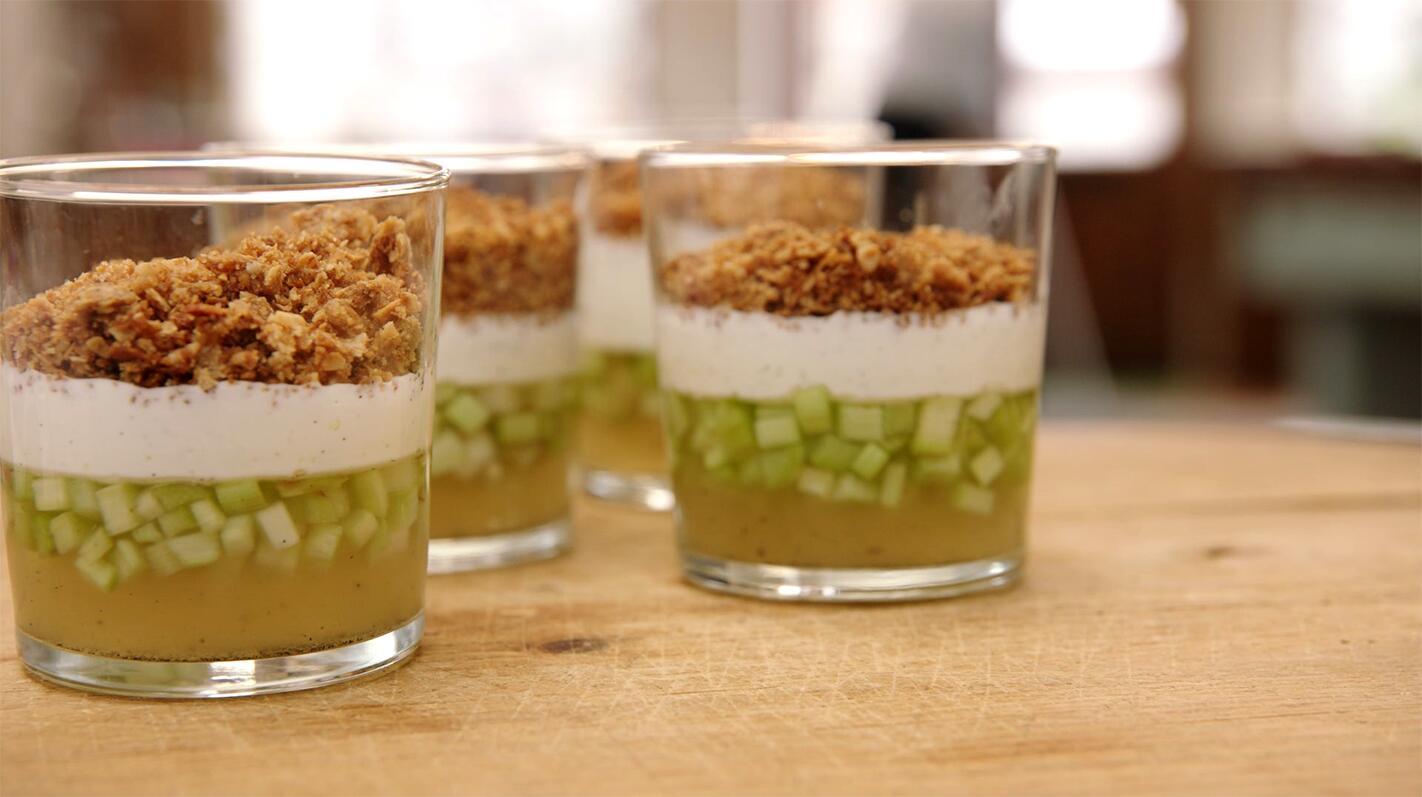 Rabarber met gelei van rabarber, yoghurtmousse met limoen