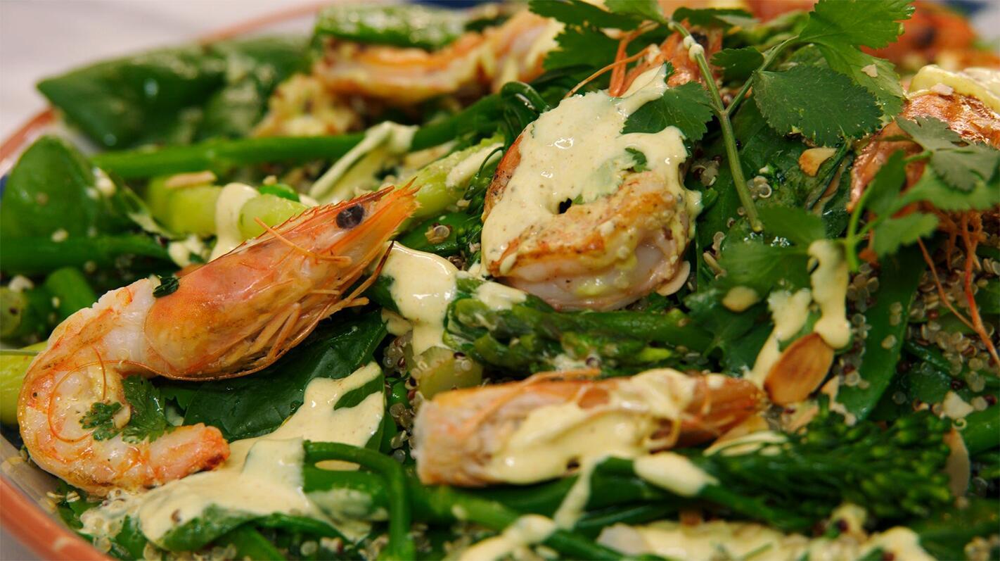 Quinoa met groene groenten, gamba's en curryaïoli