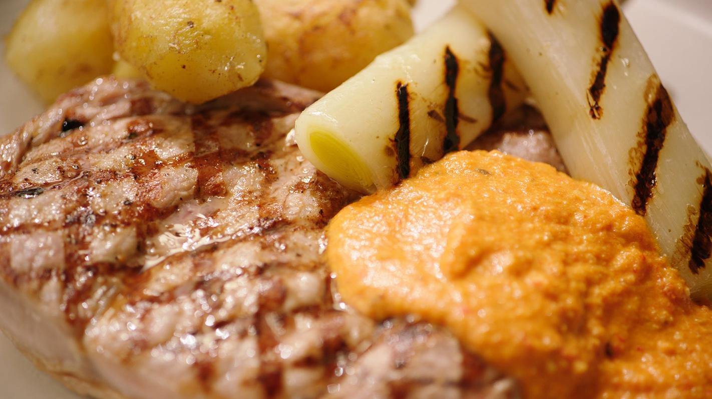 Kalfskotelet romesco met gebraiseerde prei en ratte-aardappelen