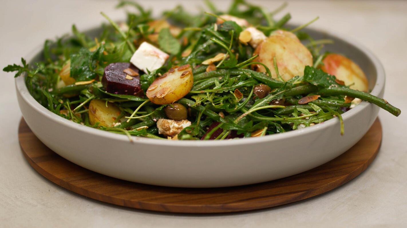 Lauwe salade met aardappel, rode biet,  feta en amandelnoot