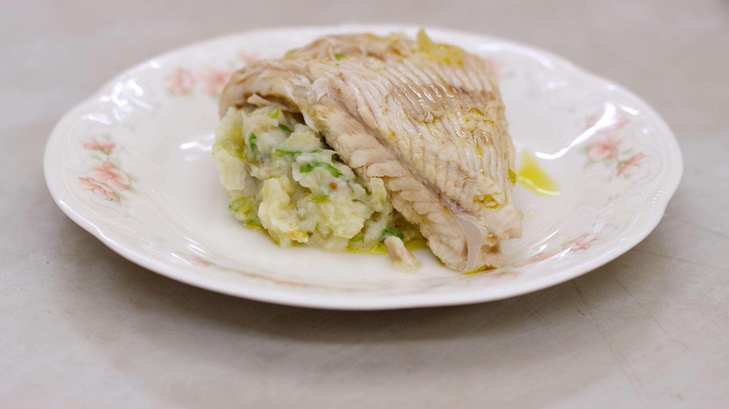 Gepocheerde rogvleugel en geplette aardappel met selder