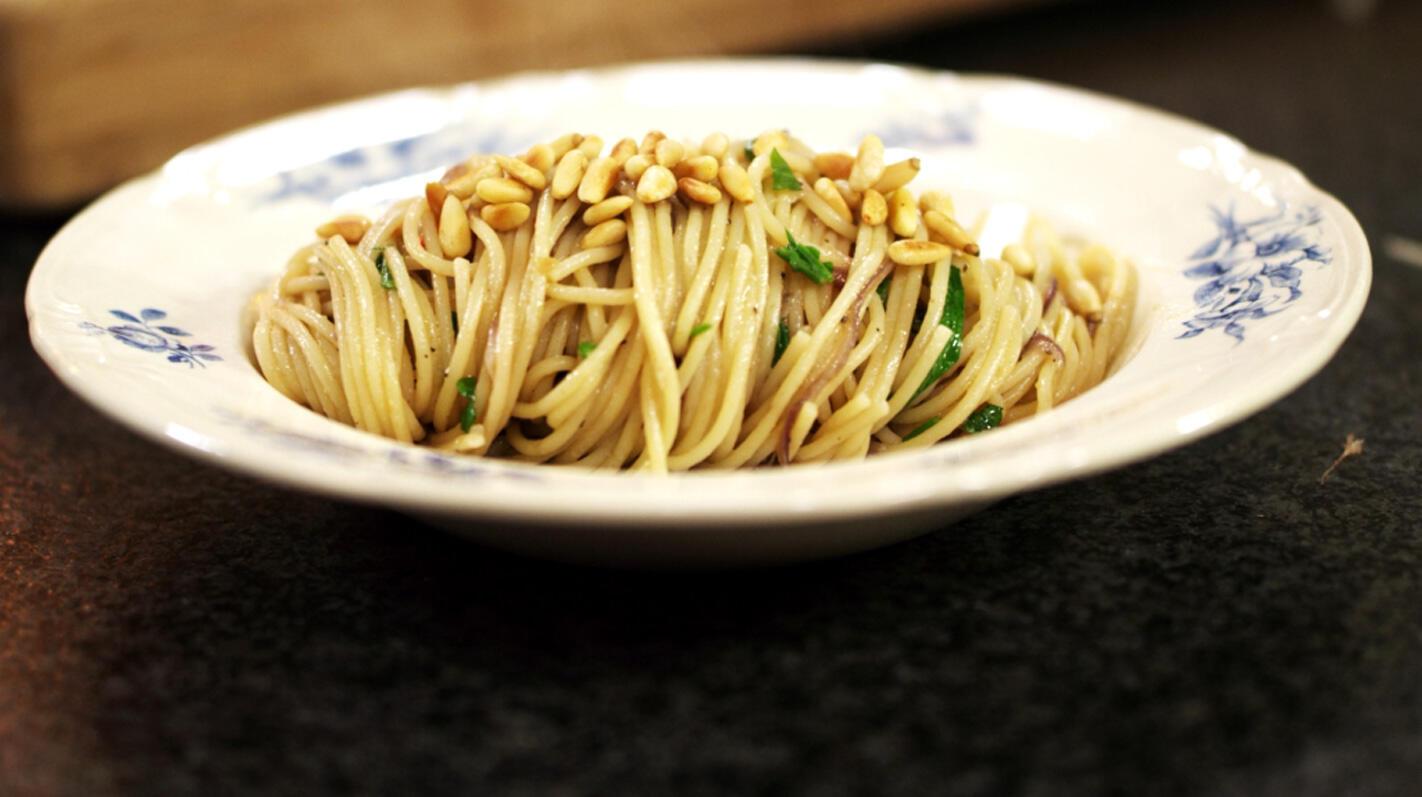 Spaghetti met ui, chili, ansjovis en peterselie