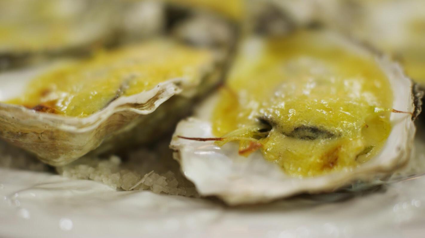 Gegratineerde oesters met gestoofde prei