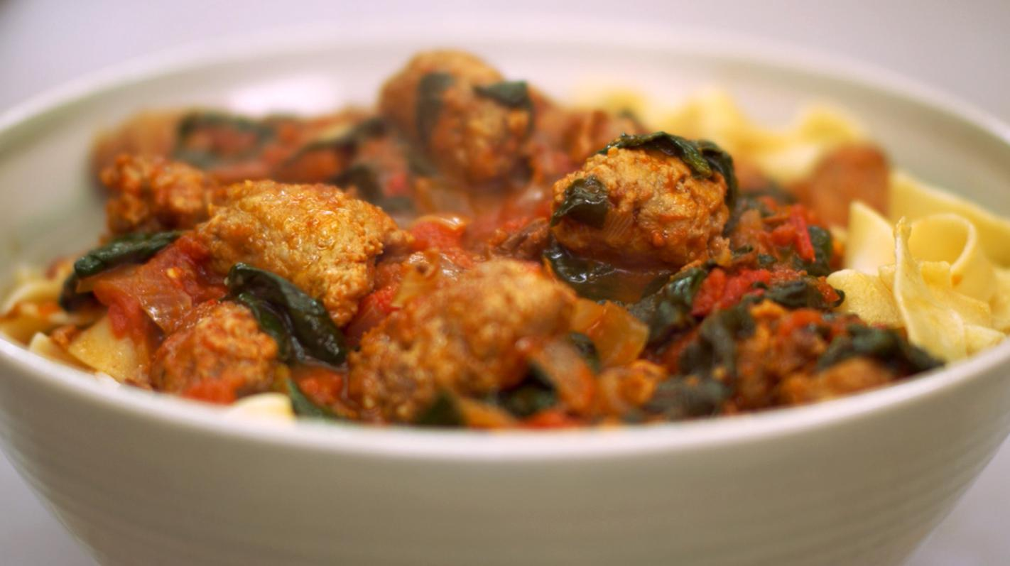 Pappardelle met worst, tomaat en spinazie