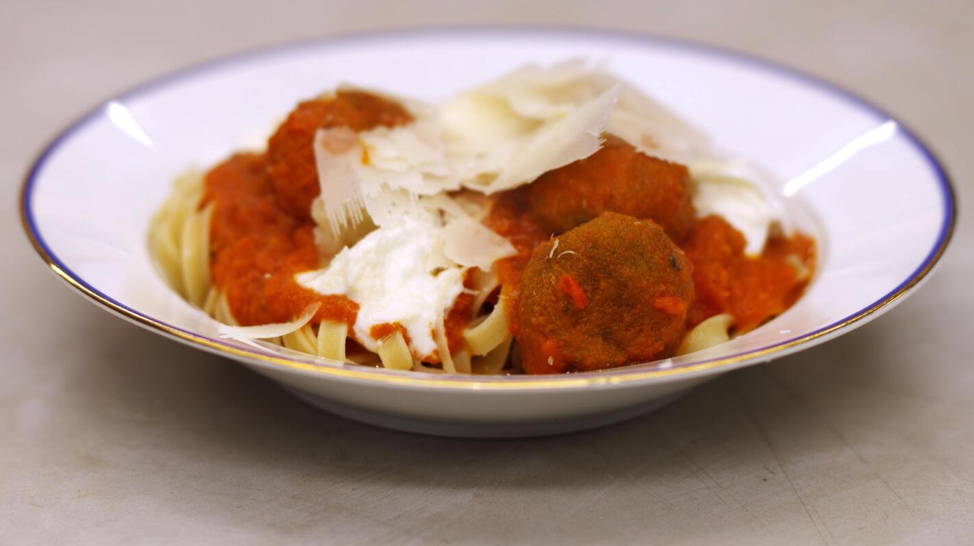 Pasta met vegetarische balletjes in pittige tomatensaus