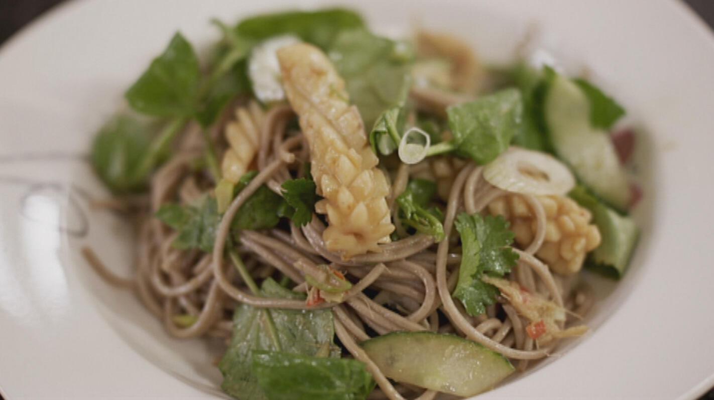 Oosterse salade met noedels en gebakken inktvis