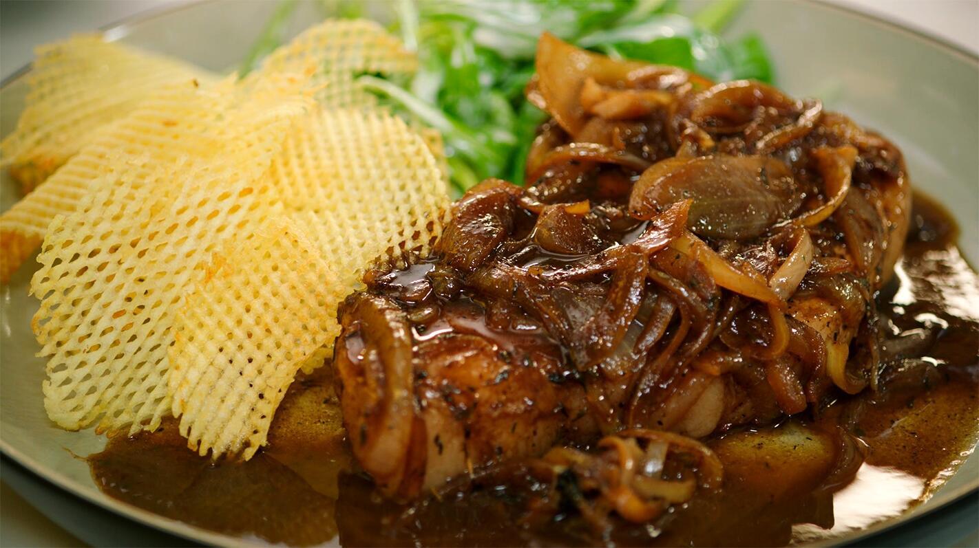 Varkenskotelet met gebakken ui en madeirasaus