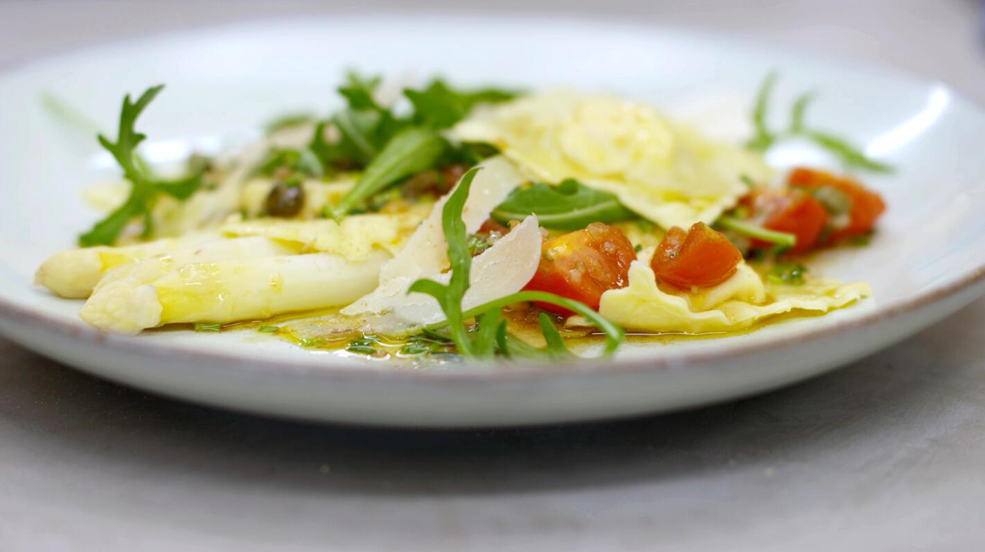 Ravioli met Parmezaanvulling, asperges en tomatenvinaigrette