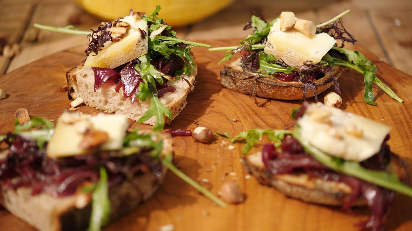 Toast van blauwe kaas, notensalade en confituur van ui