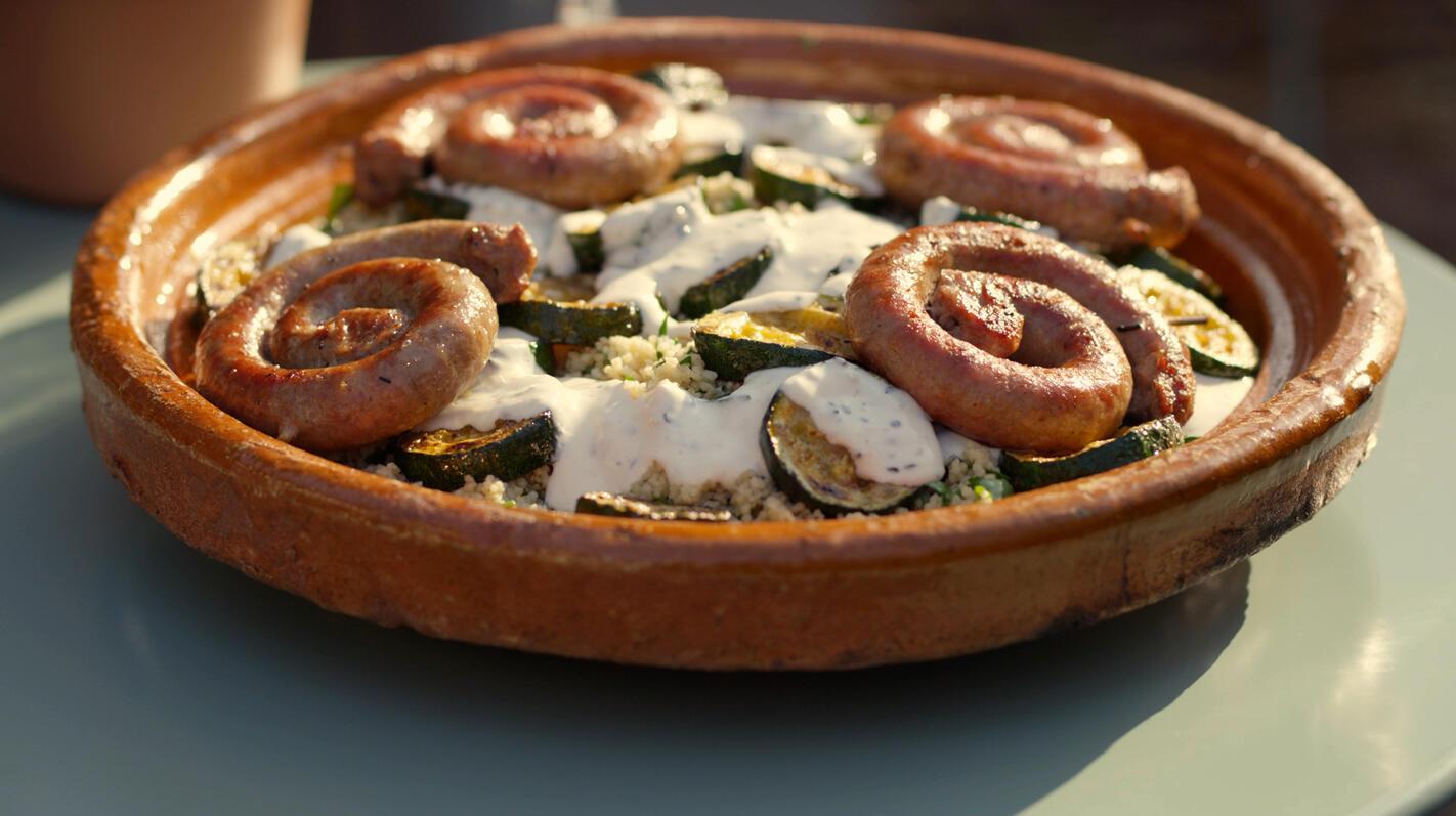 Chipolata met pikante courgette, couscous en een sesamsaus