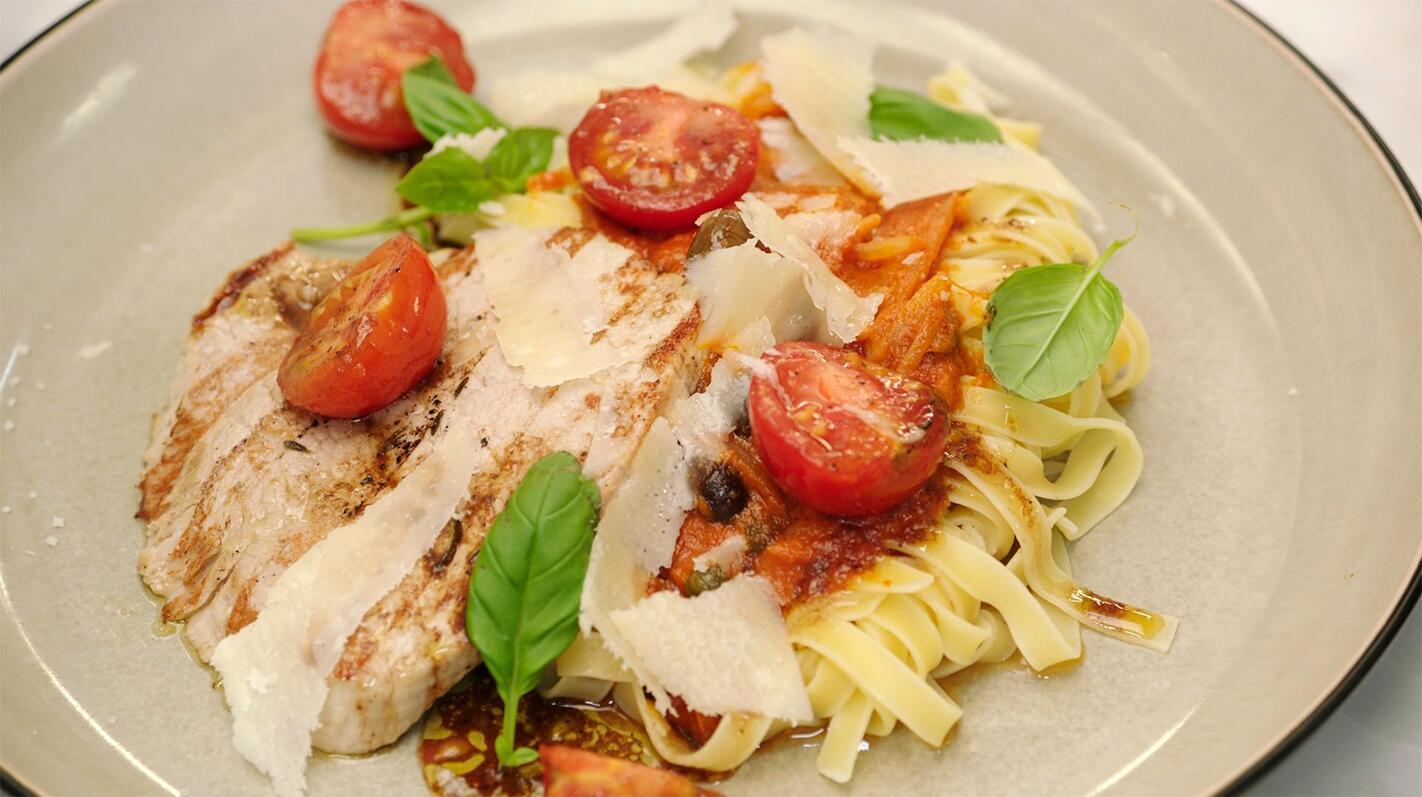 Kalfslapjes met pasta en gekonfijte tomaten