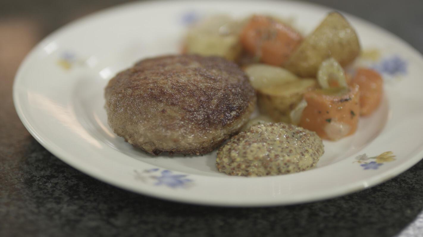 Hamburgers met spek en geroosterde groenten