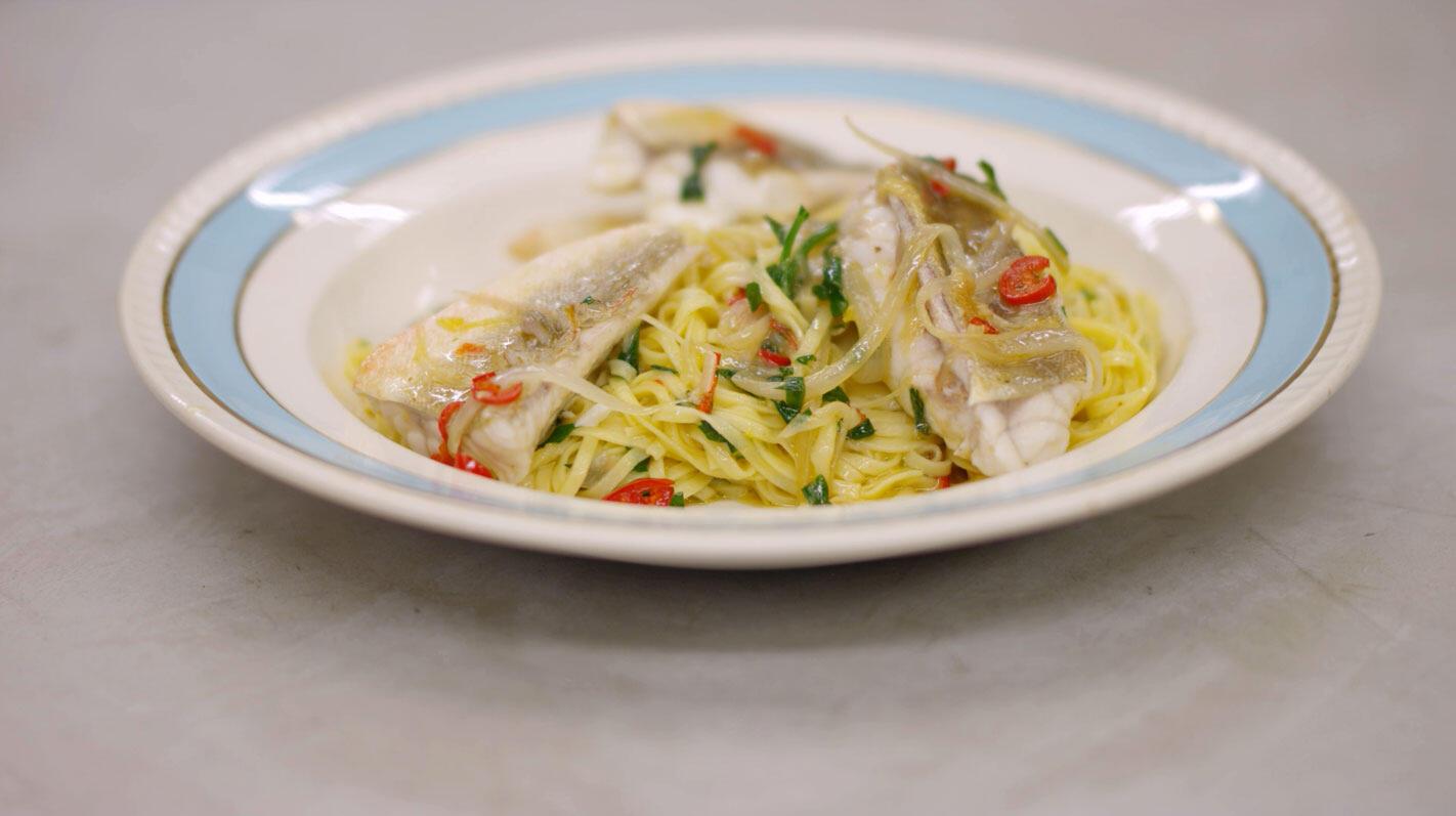 Verse pasta met rode poon, chilipeper en look
