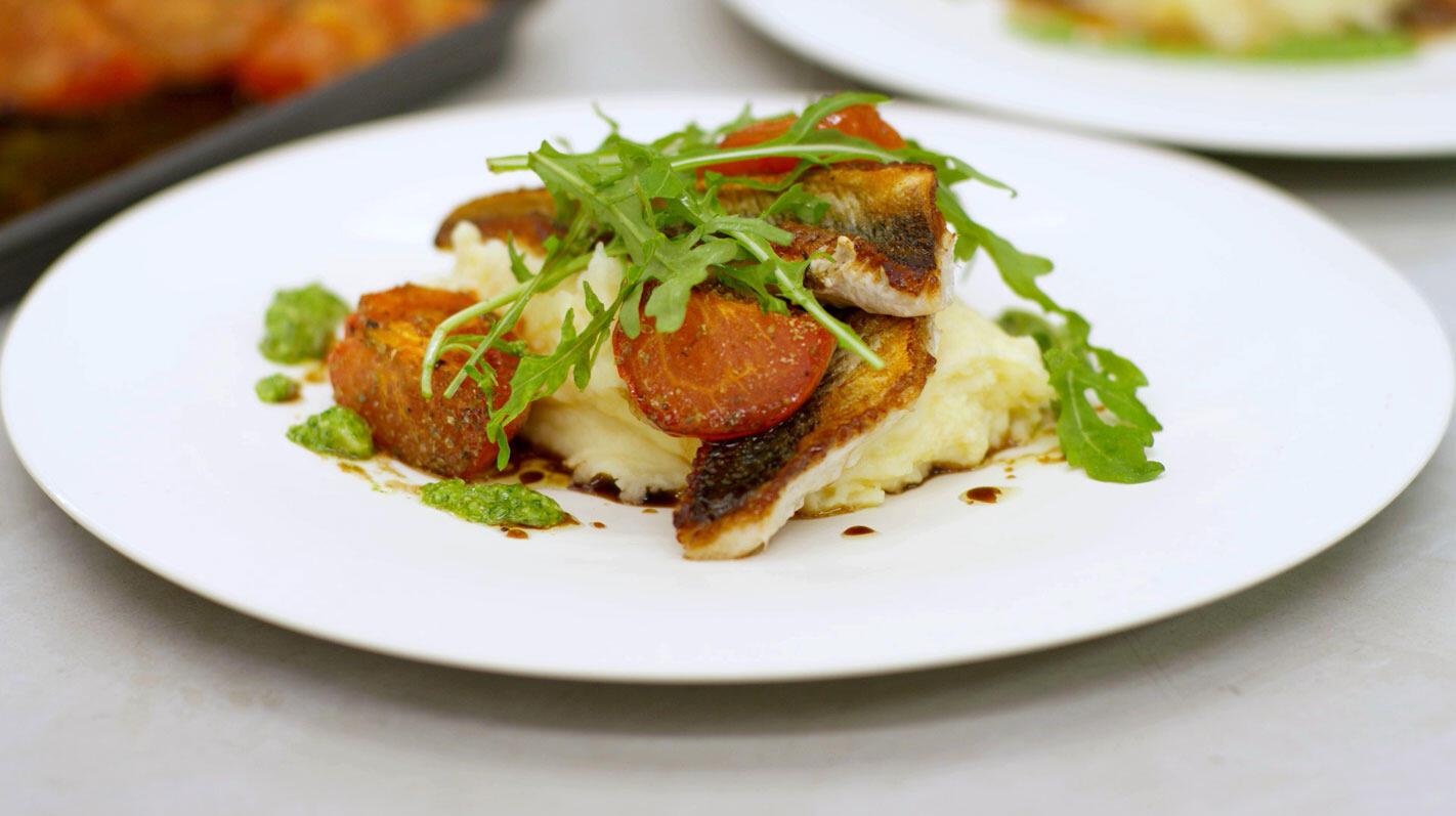 Gebakken pieterman met parmezaanpuree,  geroosterde tomaat en rucolapesto