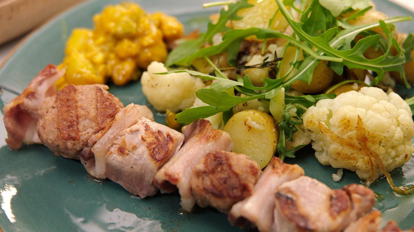 Een pittige varkensbrochette met aardappel en mini-pita's