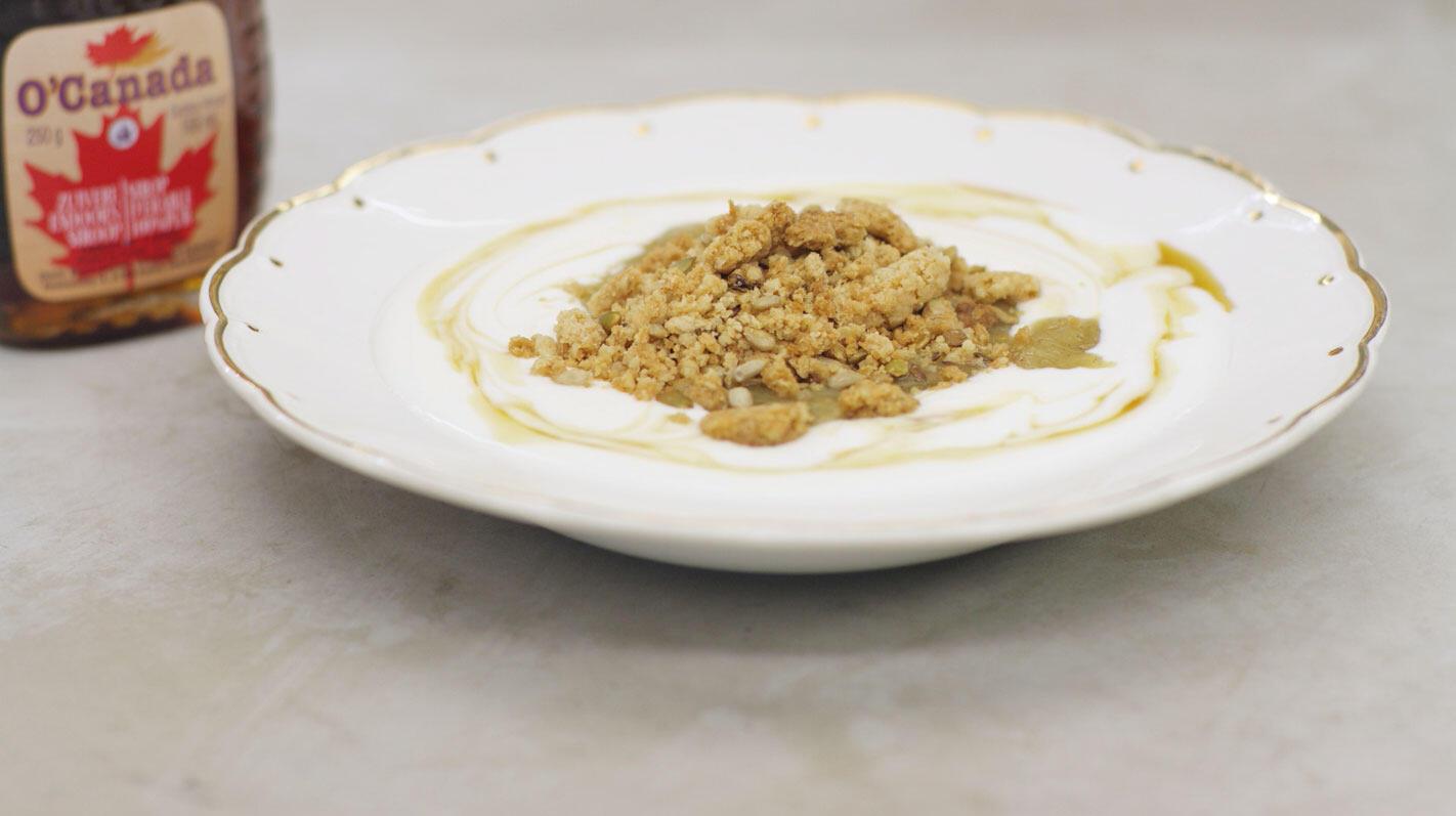 Yoghurt met rabarbercompote en  crumble van havermout en zaden