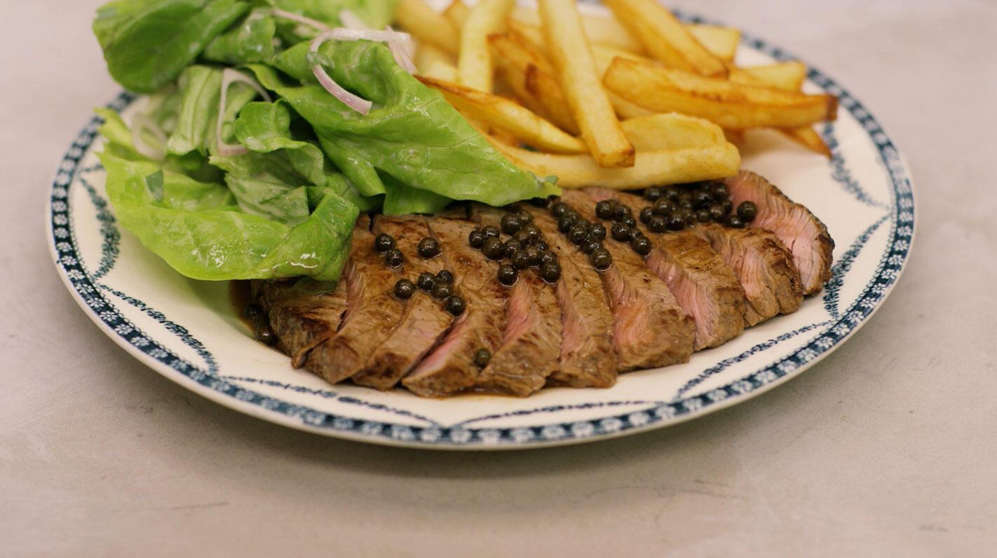 Steak met peperroomsaus, frietjes en sla