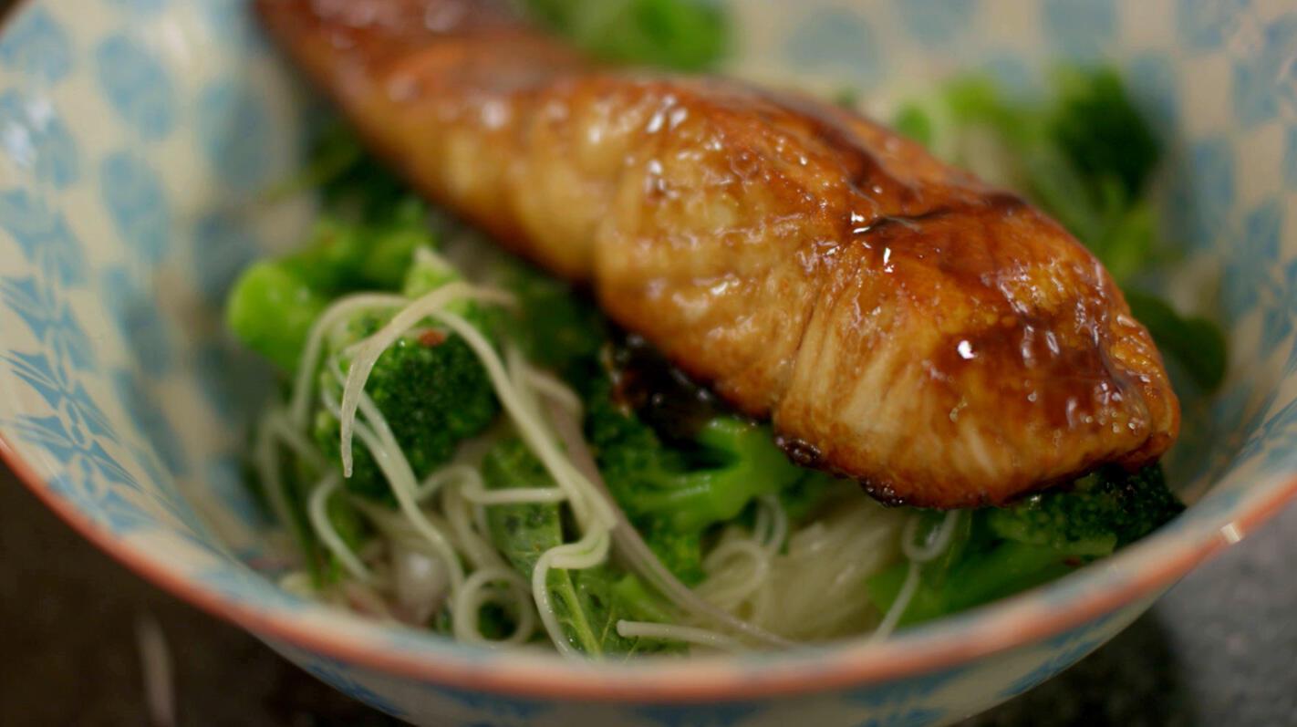 Zalm 'teriyaki' met lauwe broccoli-noedelsalade