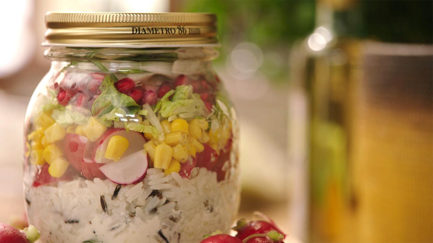 Salade met rijst, maïs, granaatappel, radijsjes