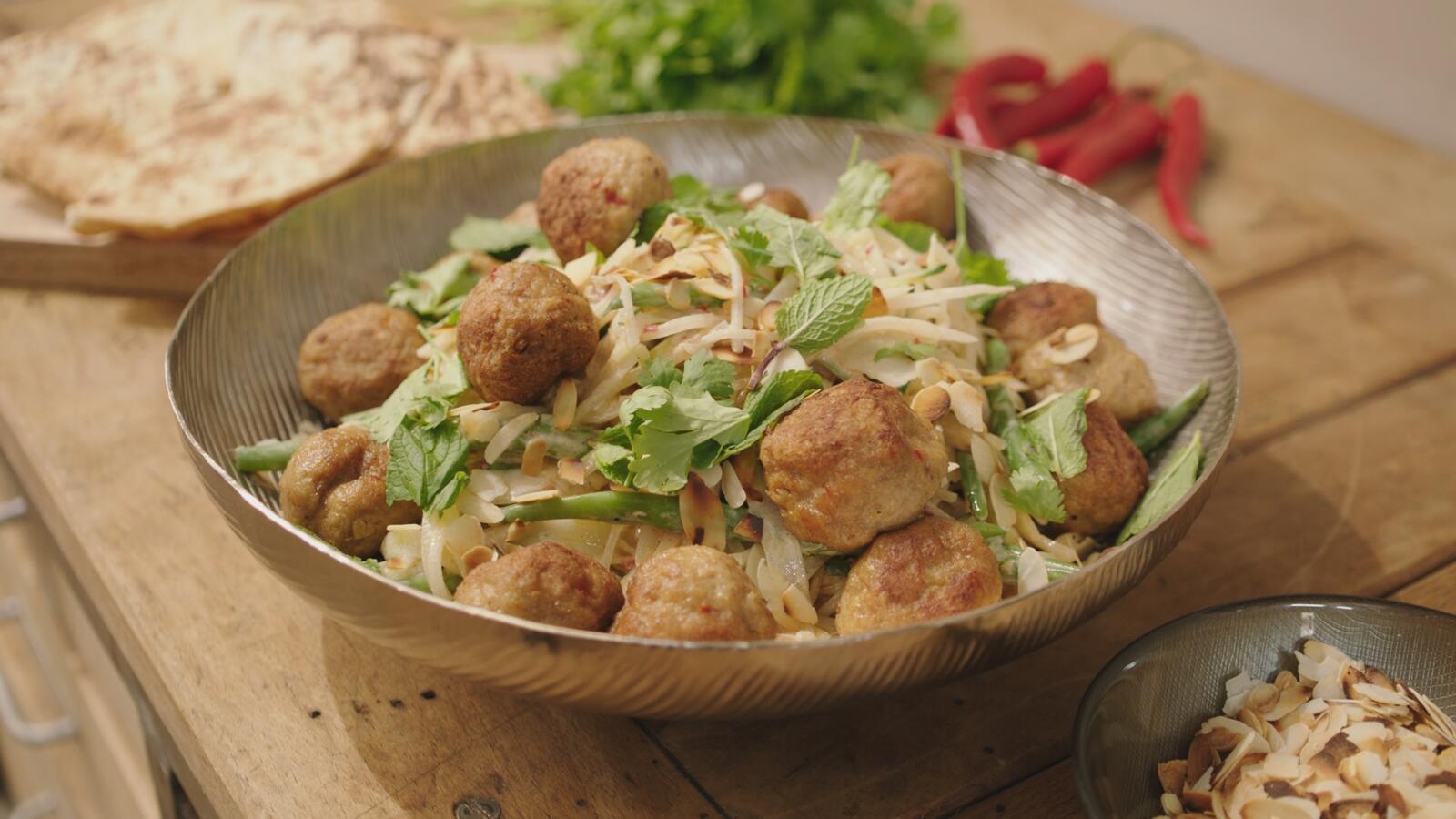 Indische salade met gehaktballen