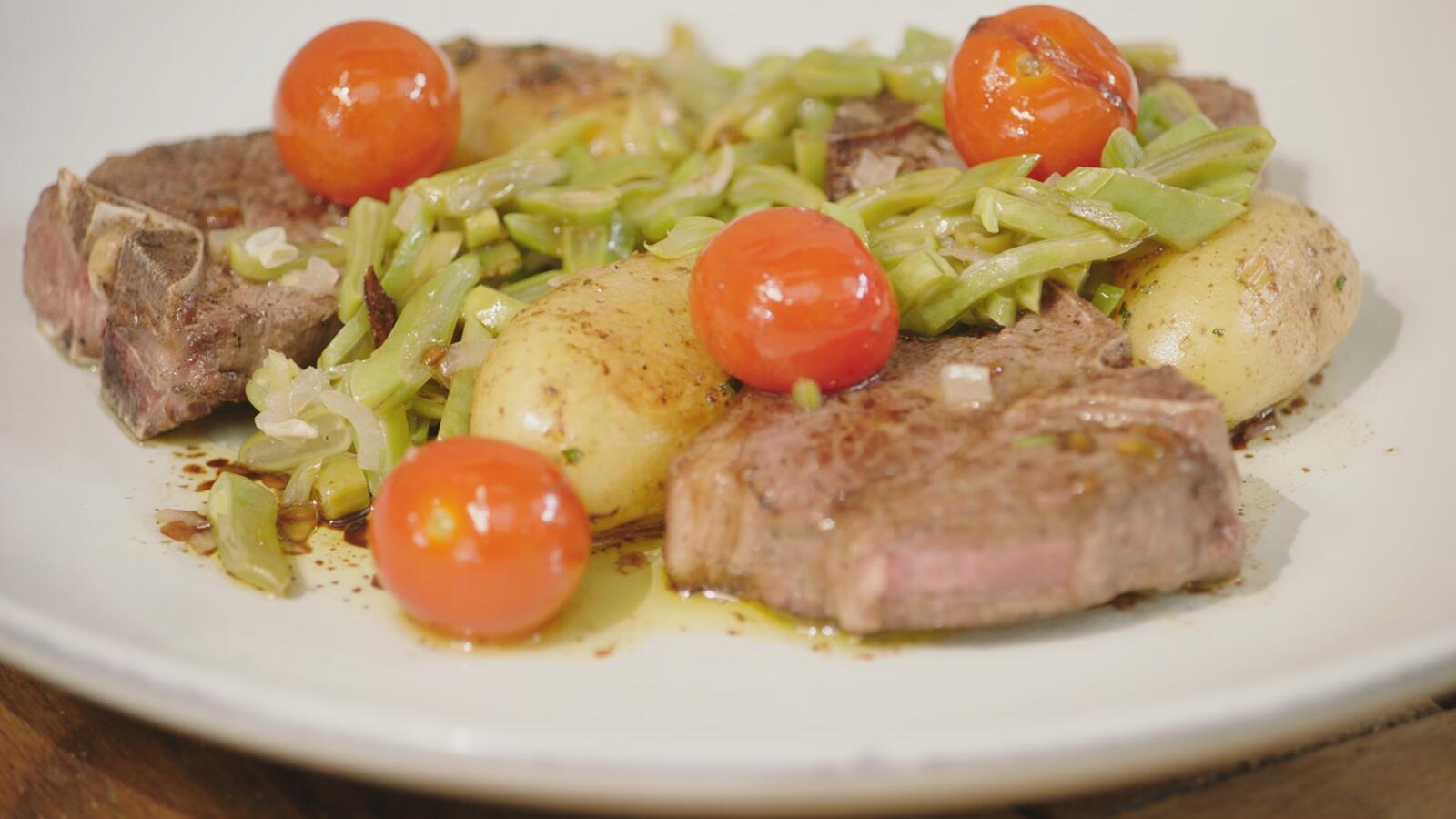 Lamskoteletten met snijbonen, rozemarijnaardappelen en kerstomatenvinaigrette