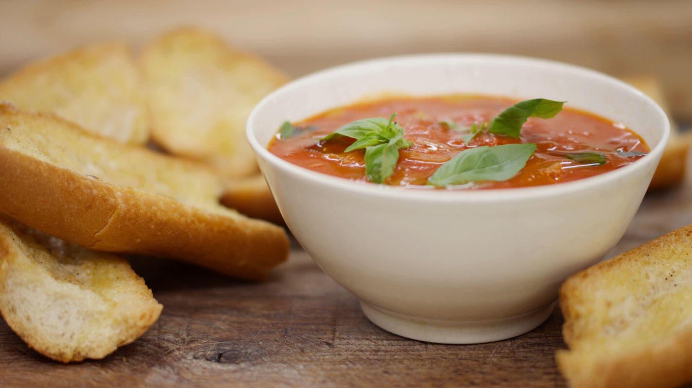 Gemakkelijke tomatensoep 'all' arrabiata'  met lookbroodjes