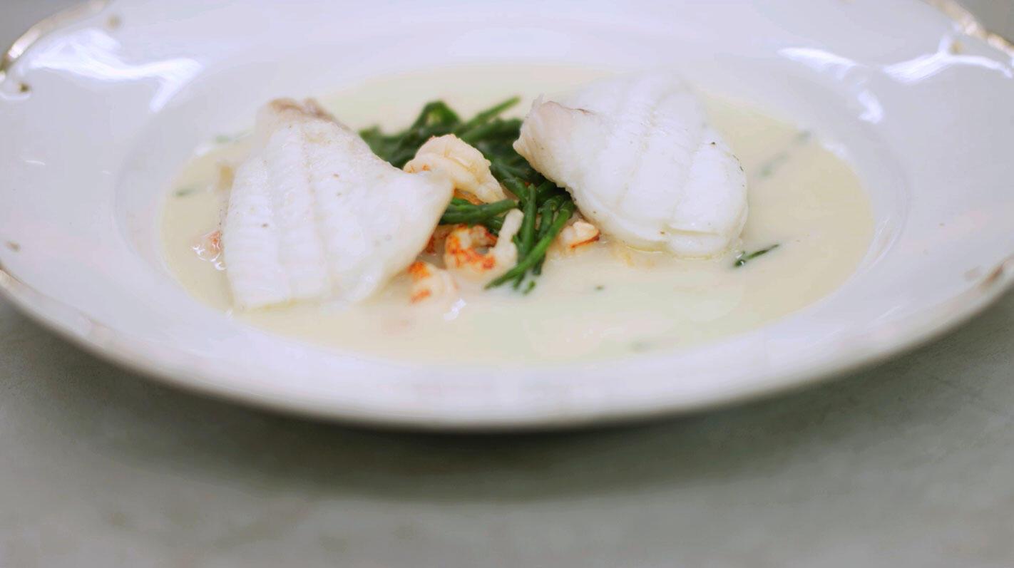 Zeetong en rivierkreeft in een romig soepje