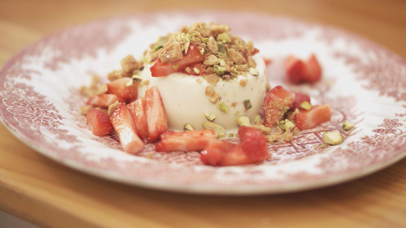 Panna cotta van witte chocolade met aardbeien en crunch