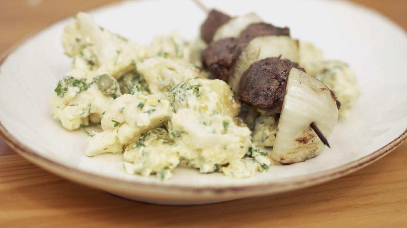 Rundbrochetten met aardappel-bloemkoolsalade