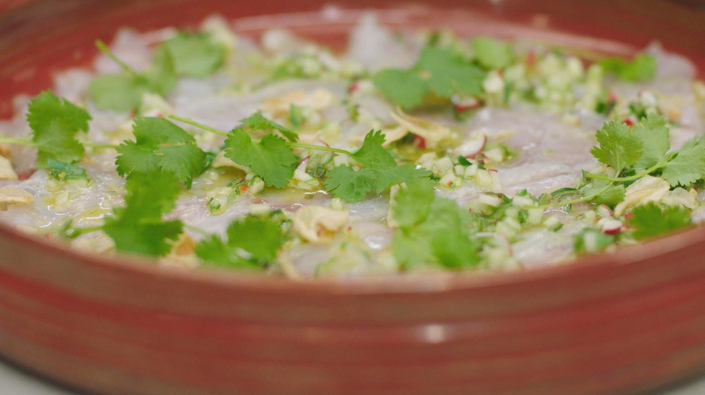 Plakjes zeebaars in honing-limoen met een groentesalsa en lookchips