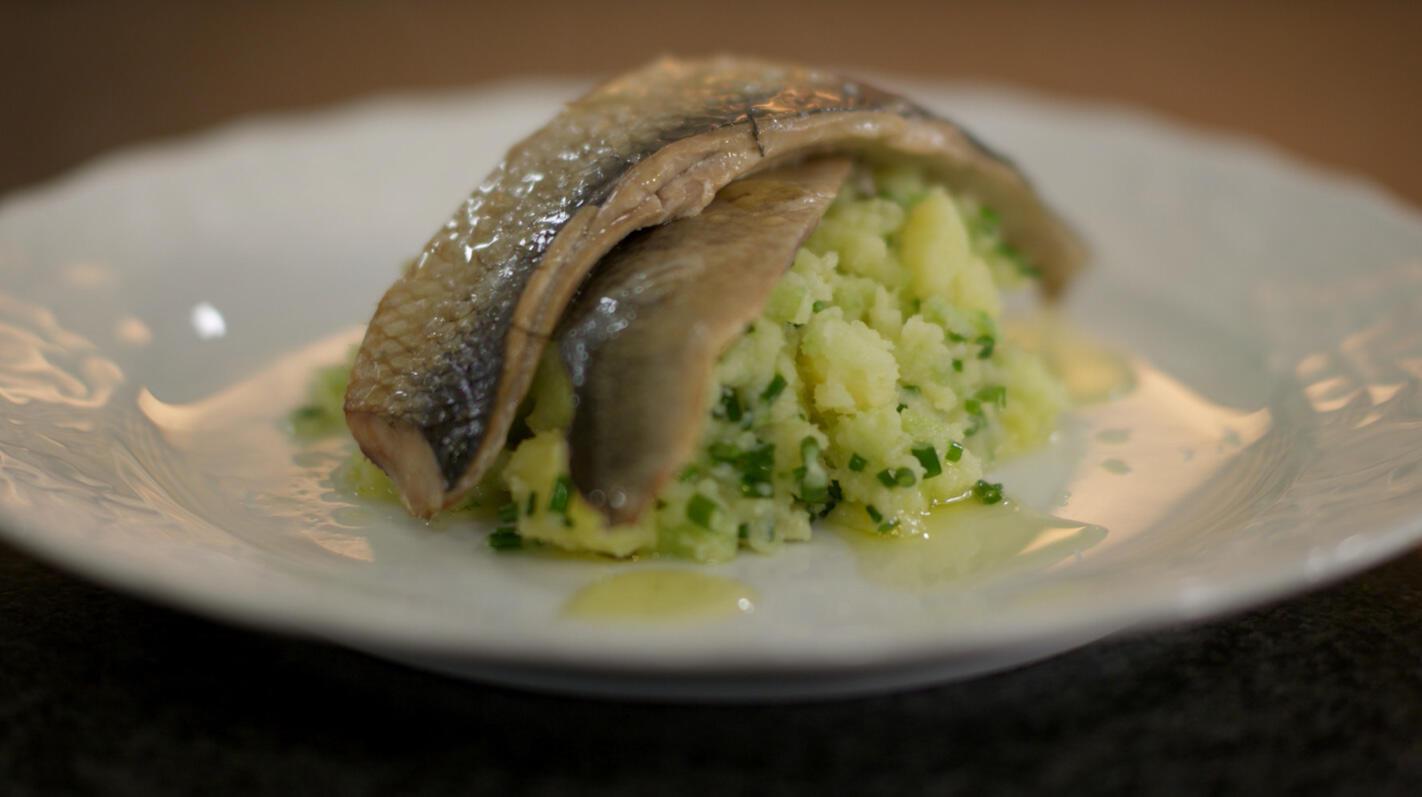 Gerookte haring en geplette aardappel met komkommer