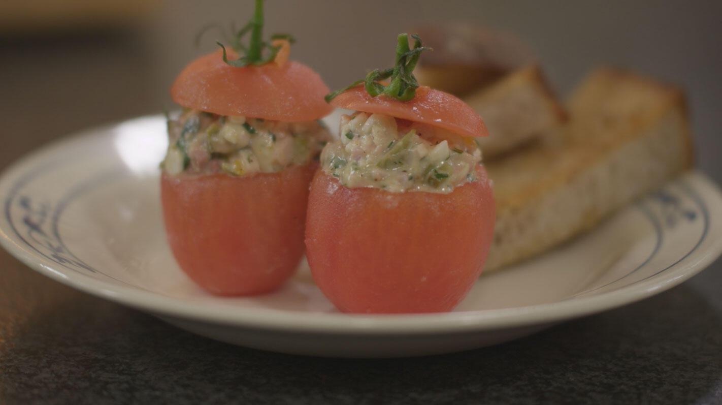 Tomaat met zelfgemaakte vleessalade
