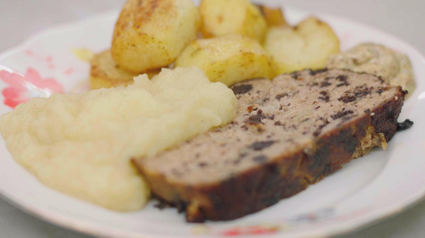 Gehaktbrood met zwarte pens, appelmoes  en gebakken aardappelen