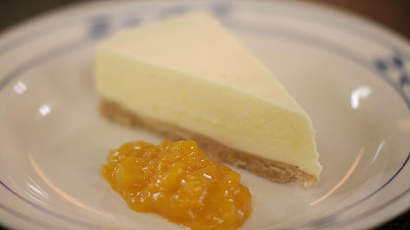 Witte chocolademoussetaart met mangocompote