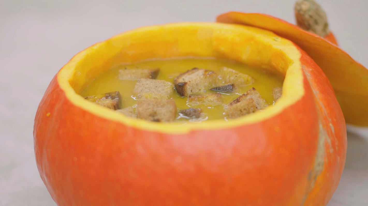 Pompoensoep met kaasblokjes en croutons