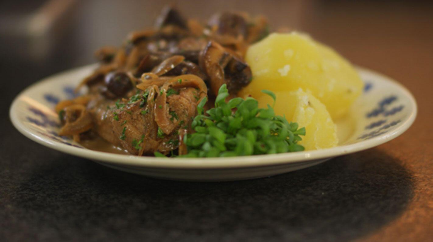 Varkenskotelet met ui- en champignonsaus