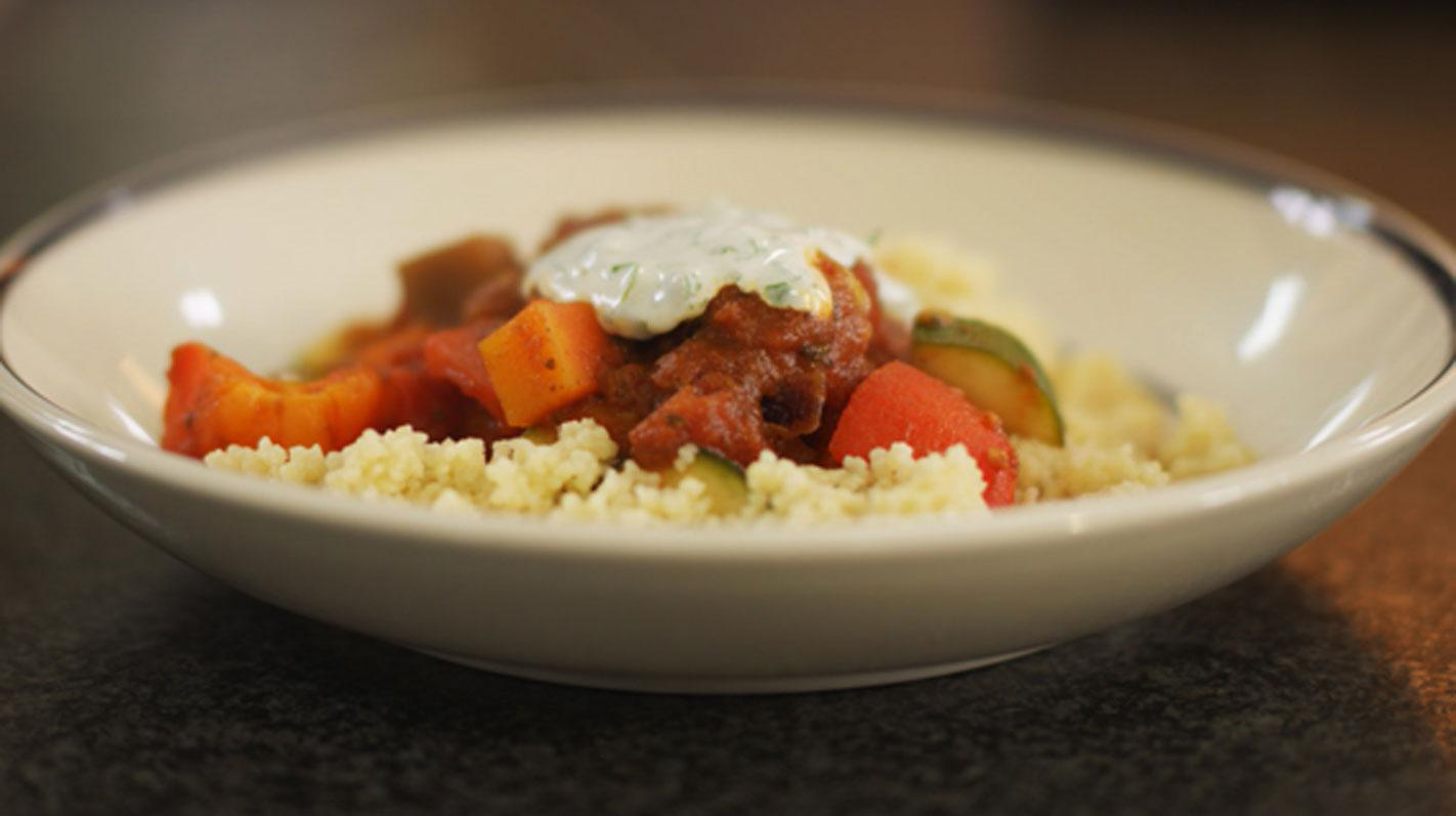 Groentestoofpot met couscous en koude kruidensaus