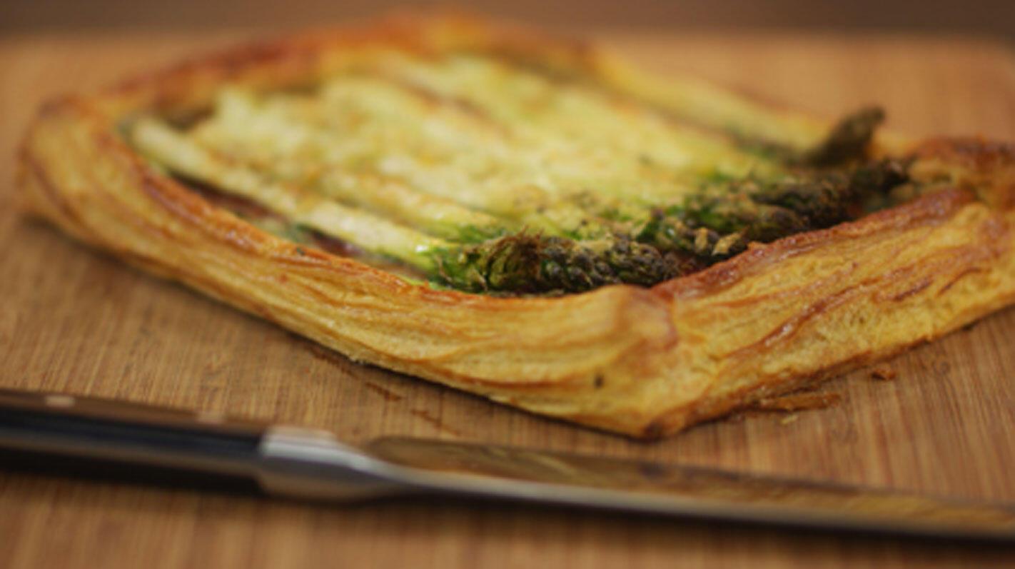 Bladerdeegtaart met pancetta, kruidenkaas en groene asperges