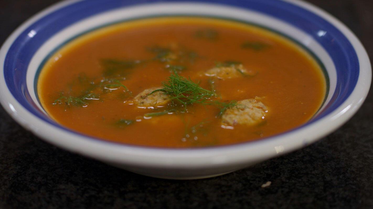 Tomaat-venkelsoep met dumplings van kip en spek