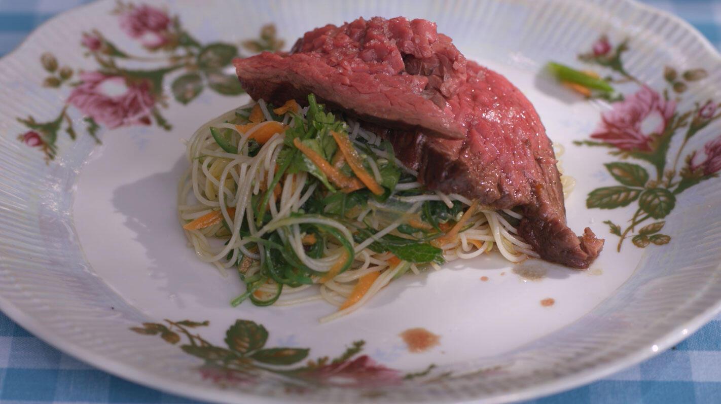 Tataki van gegrilde bavette met noedelsalade