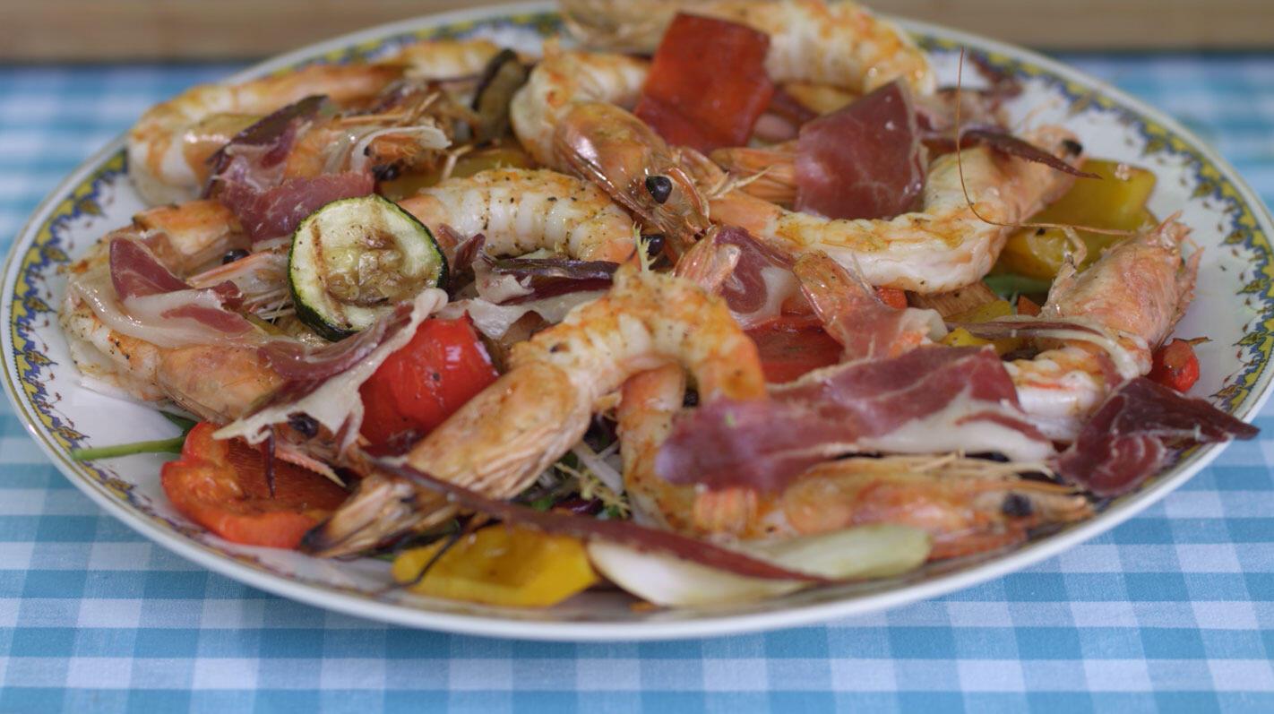 Gegrilde gamba's en groenten met gemengde sla