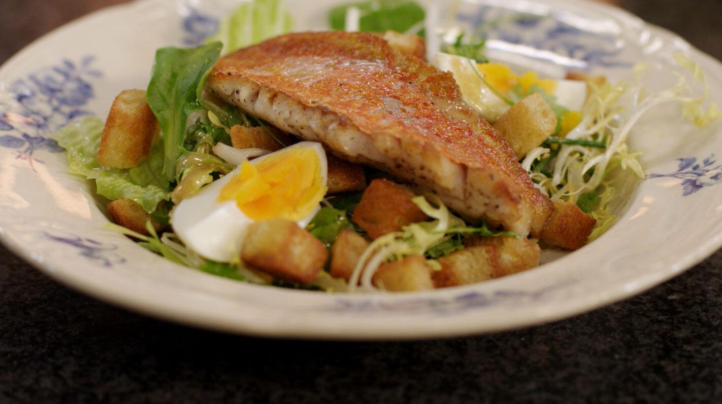 Zeebarbeel met salade, croutons en mosterdvinaigrette