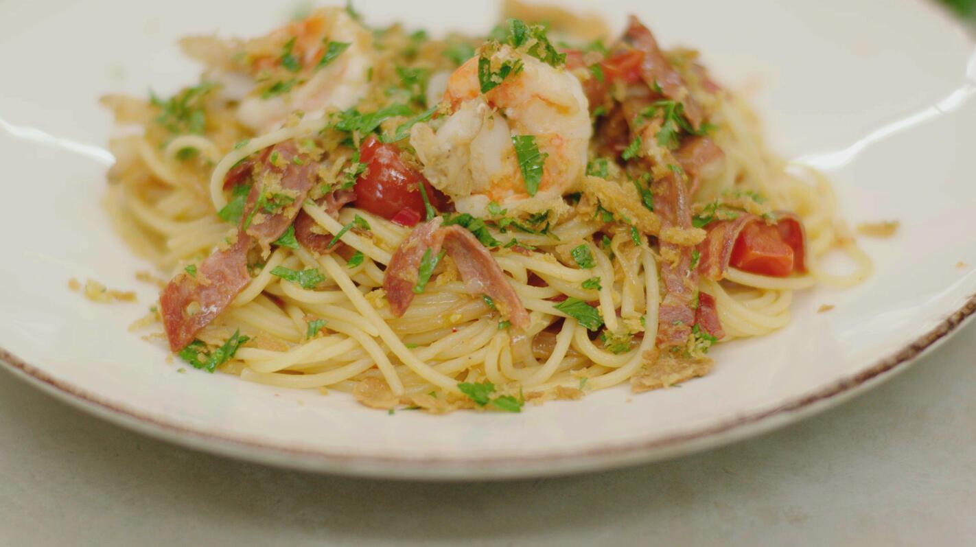 Spicy spaghetti met scampi, salami en gremolata