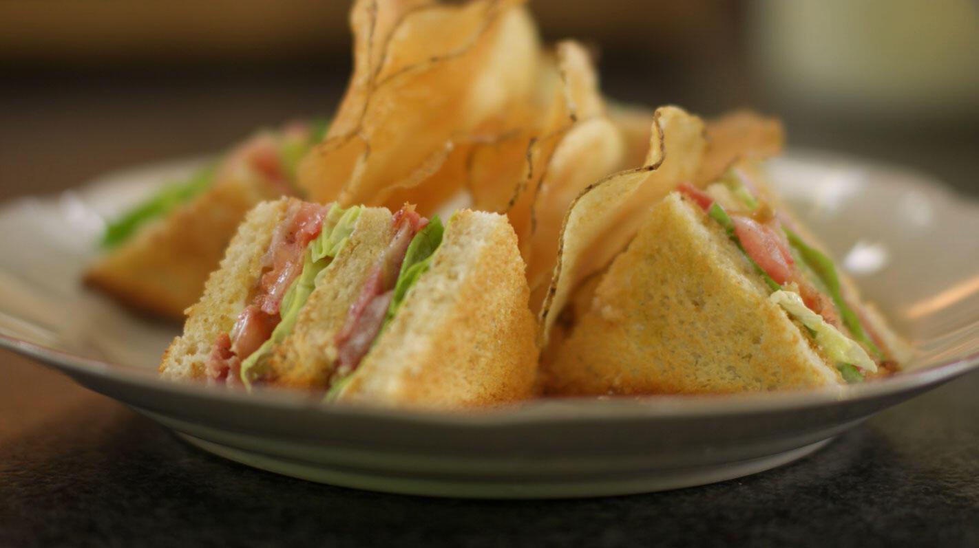 Classic BLT sandwich en aardappelchips