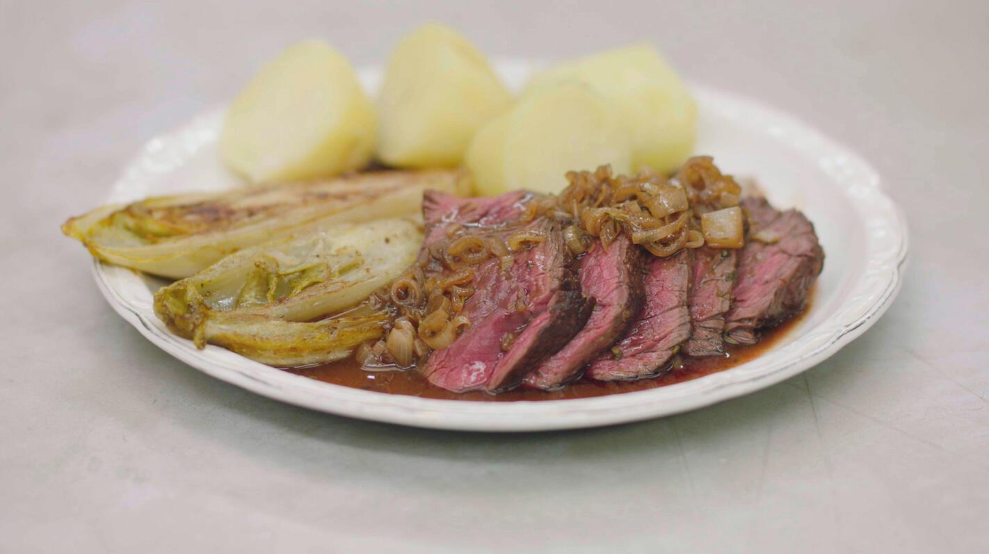 Onglet met gebakken witloof en aardappelen