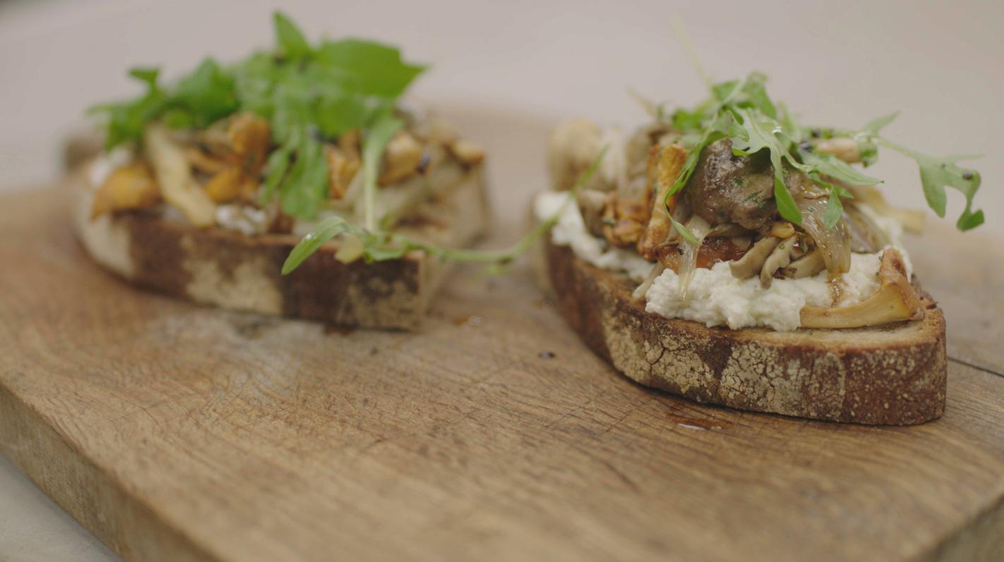Zuiderse toast champignon met limoen-ricotta en rucola